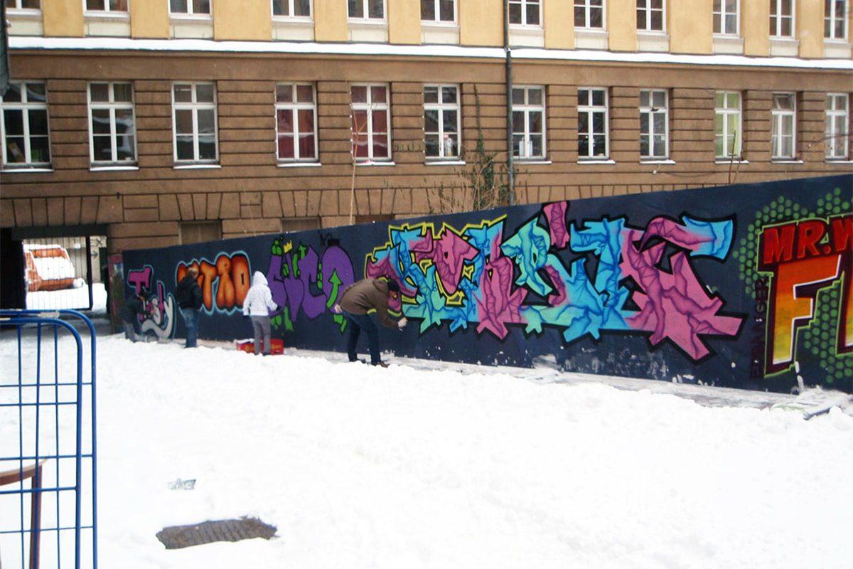 In den dreitägigen Workshops lernen die Teilnehmer in den ersten zwei Kurstagen etwas über die Geschichte von Graffiti, typografische Grundkenntnisse und was passiert, wenn man sprüht, wo man es nicht darf.