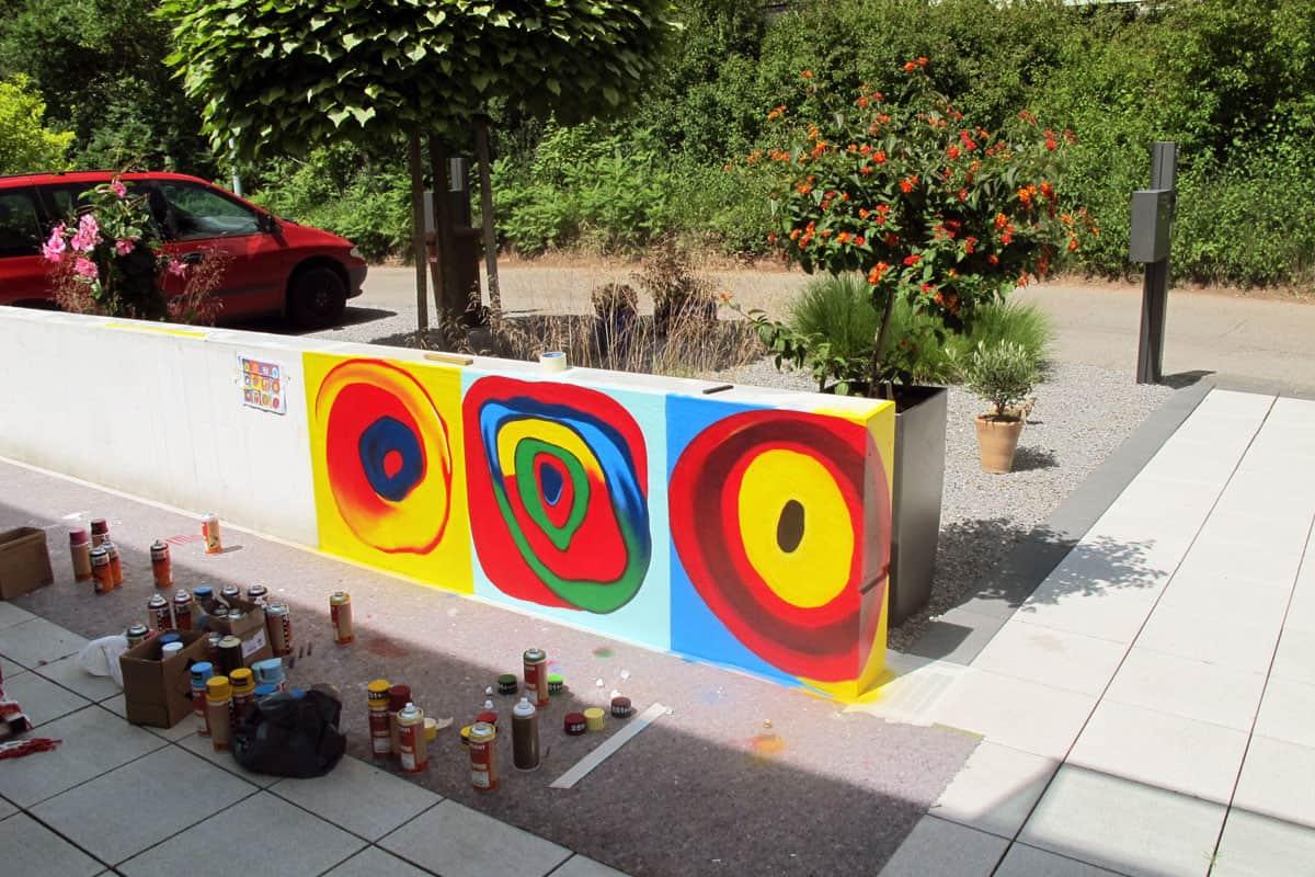 Graffiti Fassadengestaltung Stuttgart - Kandinsky Balkon! Wir wurden beauftragt einen Balkon mit einer Farbprobe vom Künstler Kandinsky zu verschönern.