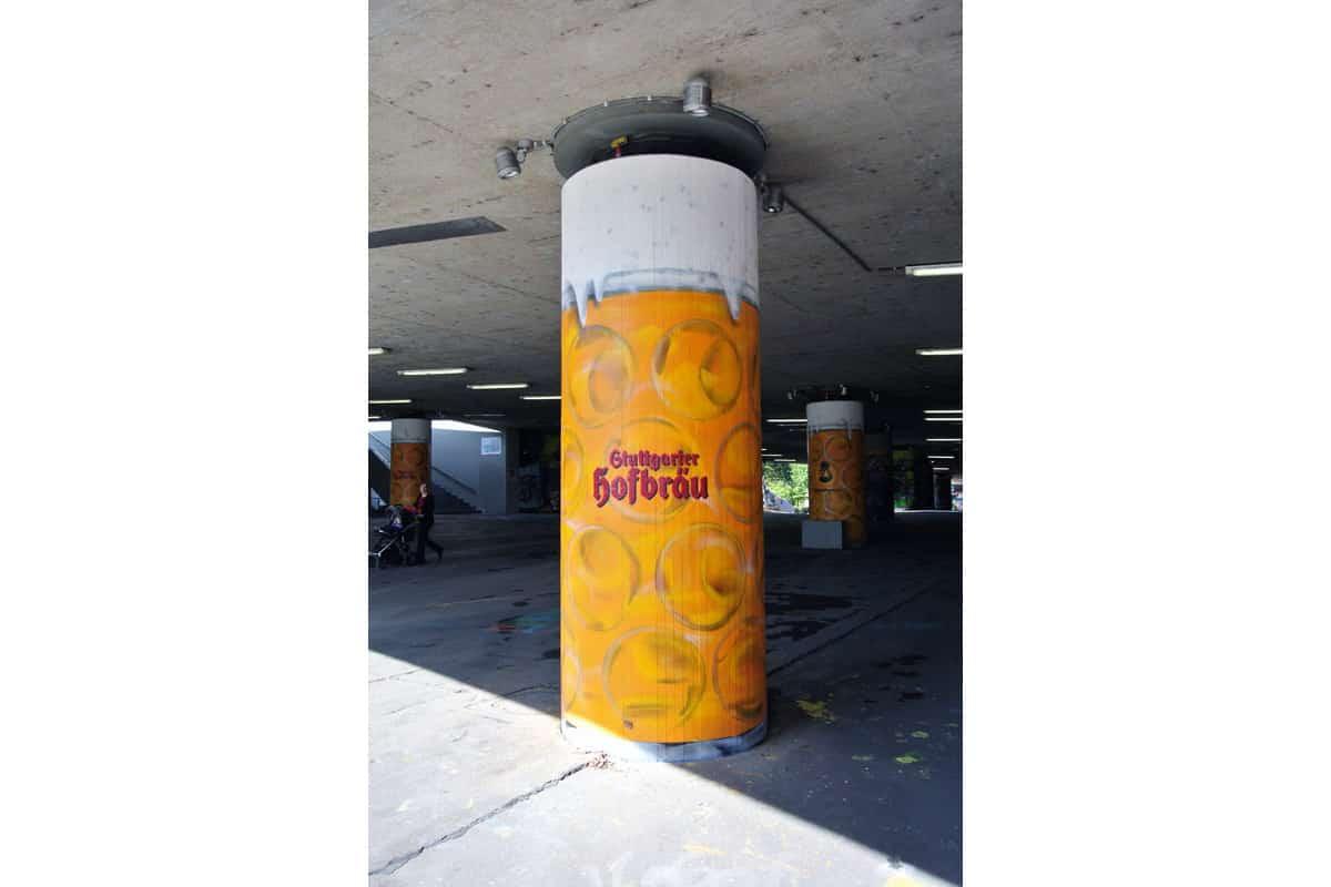 Zum 167 Cannstatter Volksfest beauftragte das Göckelesmaier Festzelt und die Brauerei Stuttgarter Hofbräu die Agentur Graffiti Stuttgart 6 Säulen der König-Karl-Brücke in der Stuttgarter Graffiti Hall of Fame zu Maßkrügen umzugestalten Patrick und Jan sprühten mit Graffiti Sprühdosen pünktlich zum Beginn des Volksfestes die Säulen und schufen damit ein tolles Fotomotiv für die vorbei kommenden Wasen Besucher und eine auffällige Werbung für die beiden Auftraggeber