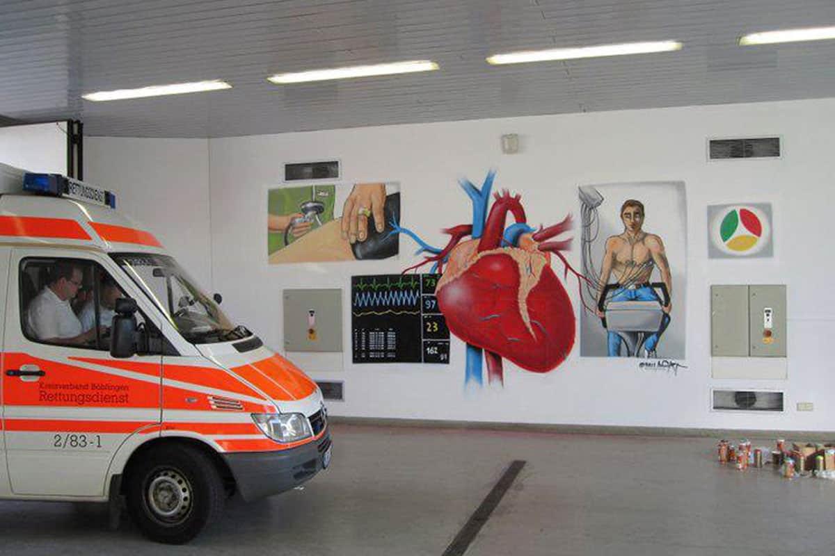 Für das Krankenhaus Herrenberg wurde Max vom Förderverein des Krankenhauses Herrenberg e. V beauftragt die neue Krankenwagenhalle fröhlich zu gestalten.