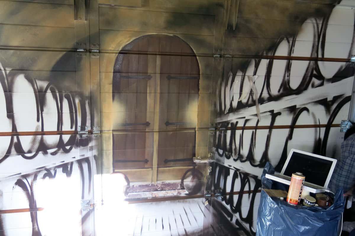 """Für unseren Auftraggeber aus Böblingen haben wir auf das Garagentor in seinem """"Partykeller"""" einen Weinkeller/ Gewölbekeller gesprüht."""