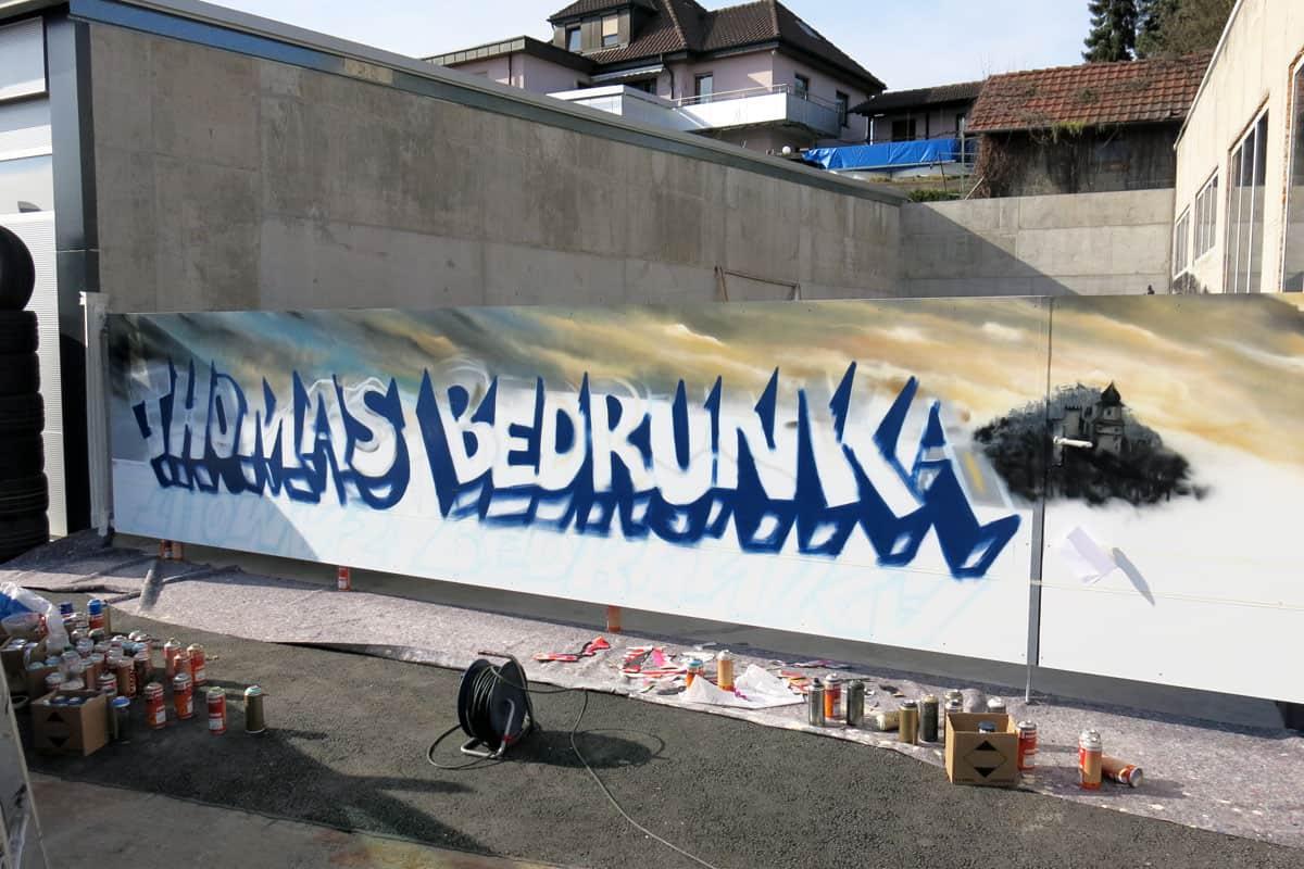 Graffiti Außengestaltung für die Autofit Werkstatt Thomas Bedrunka in Herrenberg. Jan bemalte das Tor mit dem Firmen Schriftzug.
