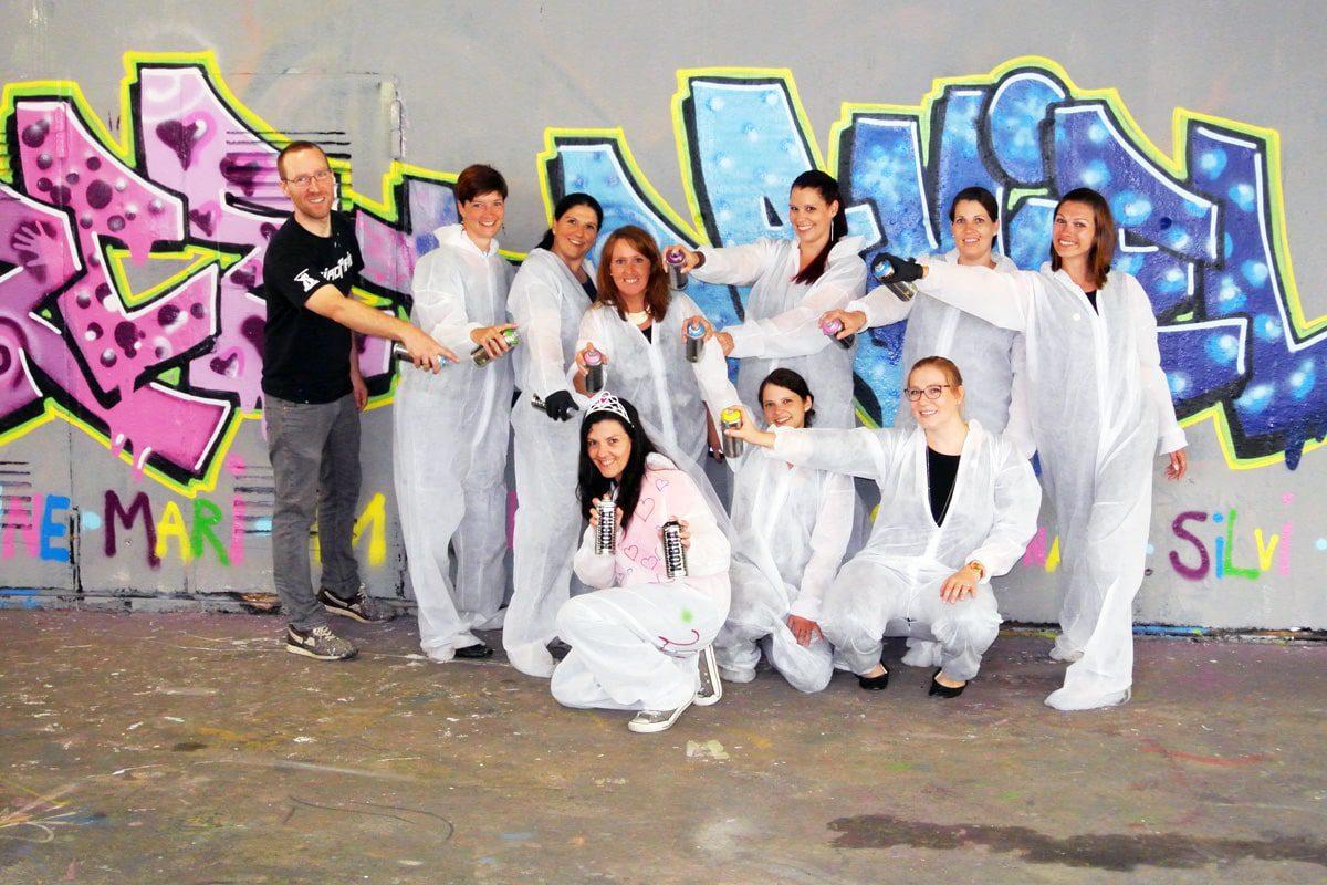 Der Graffiti Junggesellinnenabschied von Merce in Stuttgart war ein kreatives Event! Braut, Trauzeugin, Freunde sprühten ein XXL JGA Graffiti