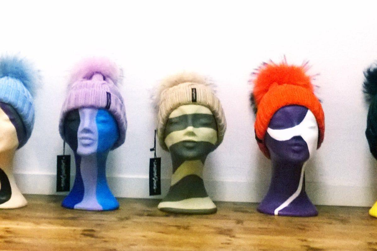 Für die Modeagentur Demir haben wir 31 Styroporköpfe mit einem coolen Graffitidesign gestaltet. Jan bemalte die Dekoköpfe mit Sprühdose und Pinsel mit. Dabei entstand ein farbenfroher Untergrund für die handgearbeitet Kopfbedeckungen der Demir Modeagentur.