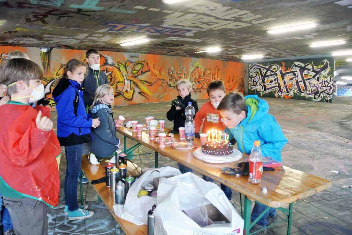 Graffiti Kindergeburtstag Stuttgart Um den 10. Geburtstag von Noe zu feiern, haben wir mit seinen Gästen ein cooles Graffiti gemalt.