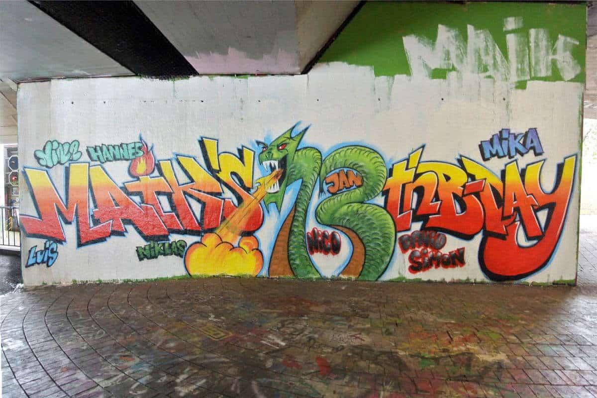 Graffiti Kindergeburtstag Stuttgart Um den 13. Geburtstag von Maik zu feiern, haben wir mit seinen Gästen ein cooles Graffiti gemalt.
