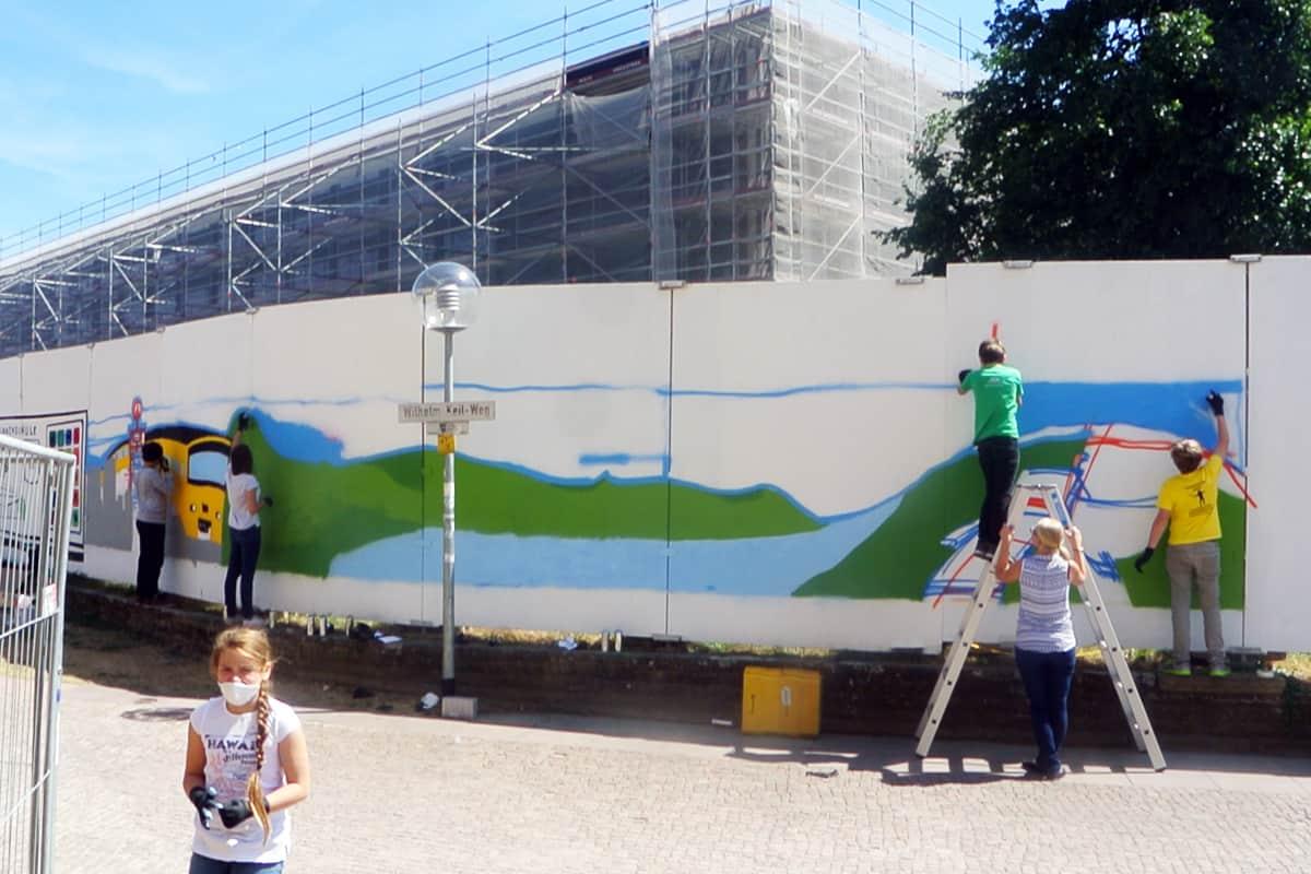 Graffiti Stuttgart wurden vom Jugendamt Stuttgart beauftragt am Bauzaun um den Landtag ein cooles Graffiti mit den Teilnehmern des Ferienprogramms zu malen.