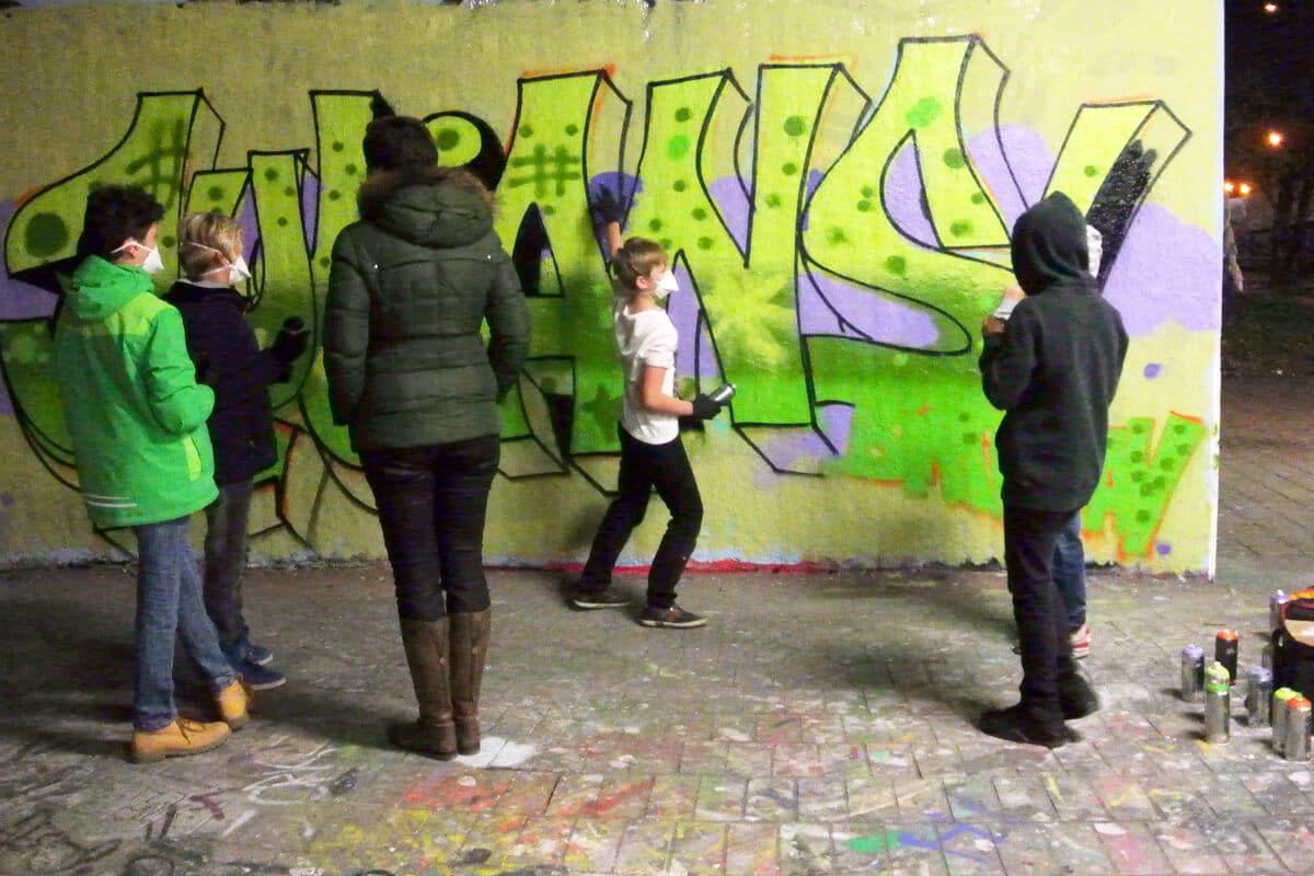 Um den Geburtstag von Julian gebührend zu feiern, haben wir mit ihren Gästen ein coolen Graffiti kindergeburtstag geplant