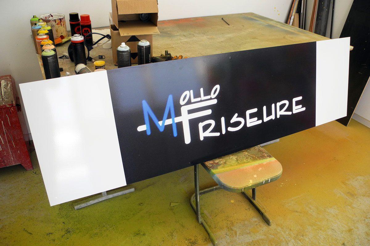 Graffiti Stuttgart wurden beauftragt das Firmenschild Ihres Friseursalons mit Graffiti zu gestalten.Max sprühte das Mollo Friseurer Logo.