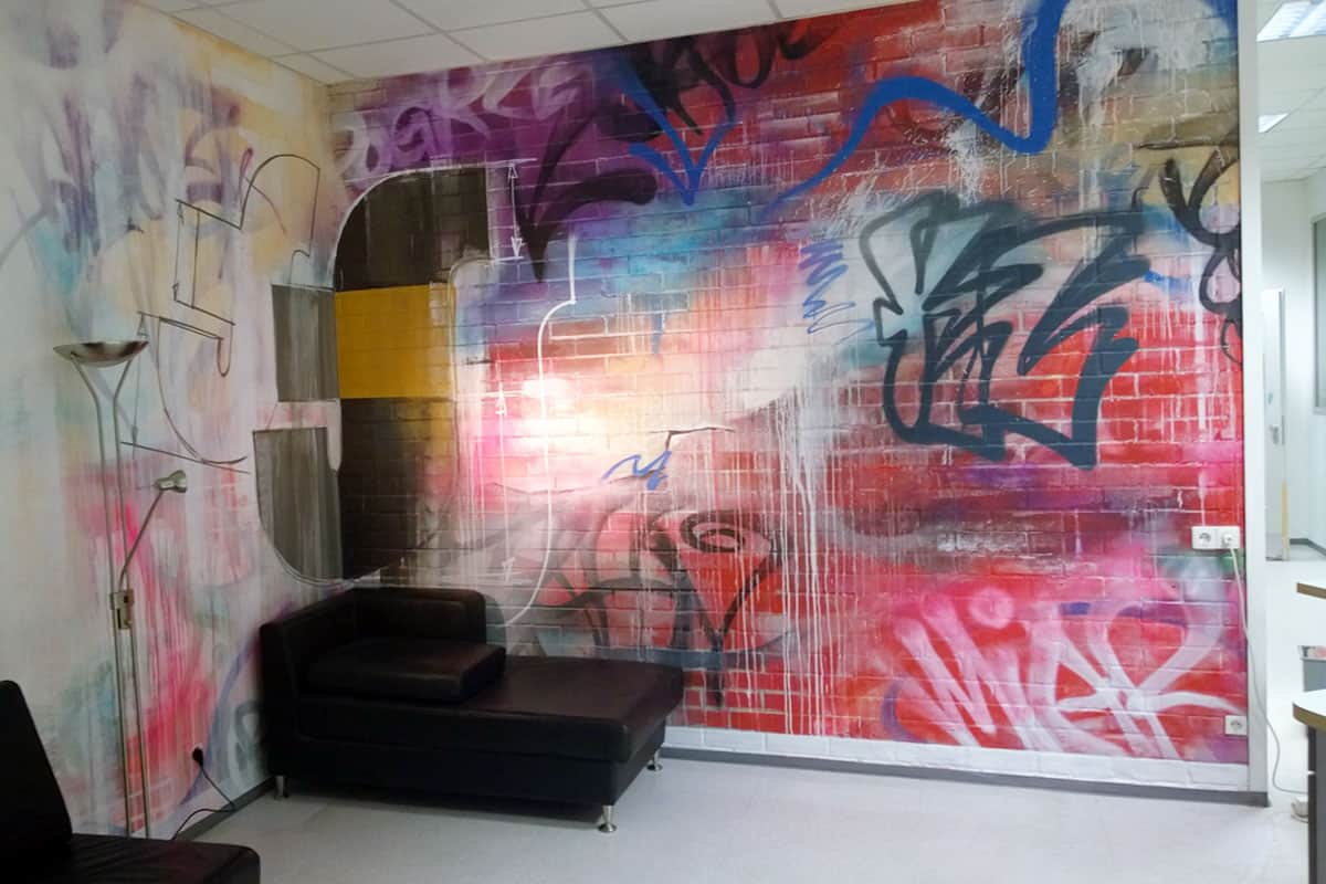 Wir wurden von Jauch+Steinbach Zahntechnik GmbH aus Stuttgart beauftragt den Eingangsbereich ihres Unternehmens mit Graffiti zu gestalten.