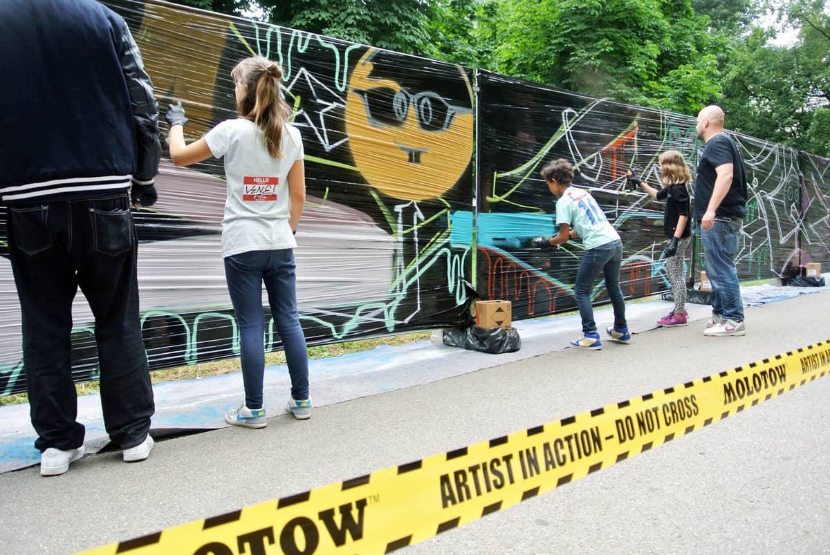 """Graffiti Event Stuttgarter Kinder und Jugendfestival 2017! Kinder und Jugendlichen sprühten den Graffiti-Schriftzug: """"Unsere bunte Stadt""""."""