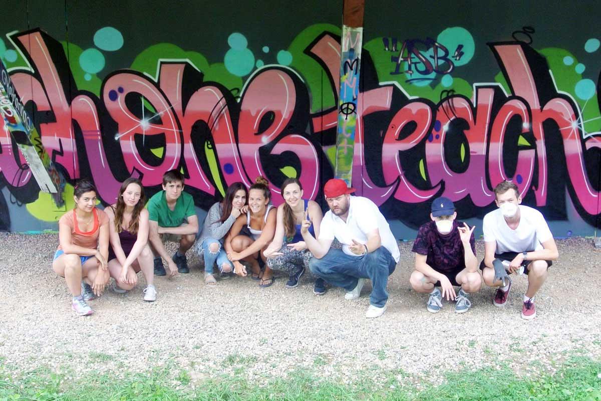 GRAFFITI STUTTGART hat in Zusammenarbeit mit Frau Honold vom Arbeiter-Samariter-Bund Baden-Württemberg e.V. einen coolen Graffiti-Workshop für ihre FSJler organisiert.