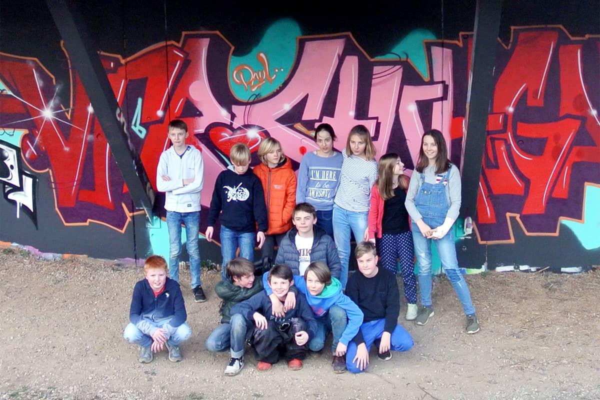 Um den 12. Geburtstag von Paul gebührend zu feiern, haben wir von Graffiti-Stuttgart mit seinen Gästen ein cooles Graffiti an der Außenwand vom Camp Feuerbach gemalt.