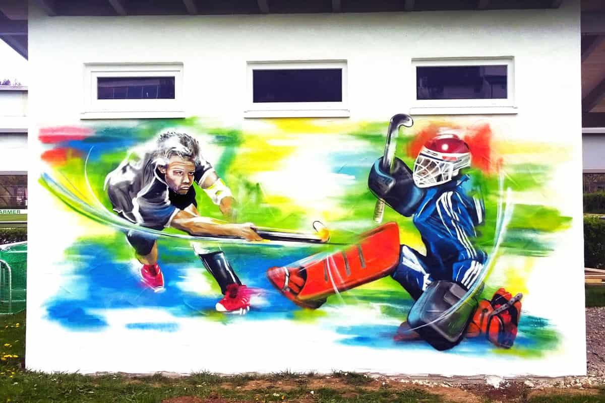 Wir wurden von eiem Hockeyverein für eine Graffiti Fassadengestaltung beauftragt! Jan sprühte auf die Hütte des Vereins zwei Team Spieler in Aktion!