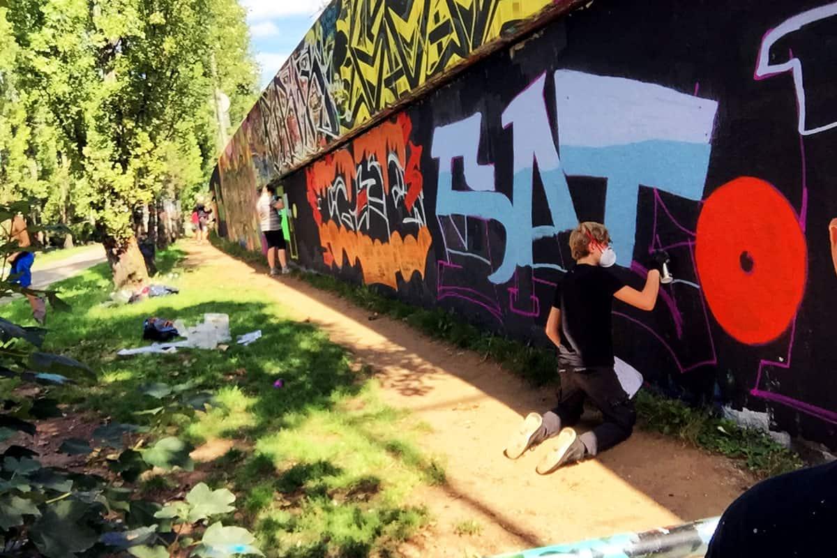 Der Graffiti Anfänger Workshop ist genau das richtige für alle, die schon immer mal mit der Sprühdose malen wollten. Man kann sich das Graffiti-Malen in jahrelanger Arbeit selbst beibringen Oder man lässt sich von erfahrenen Writern Tipps und Tricks verraten Beim Graffiti Anfänger Workshop gibt es einen Tag Theorieunterricht in dem du lernst wo das heutige Graffiti her kommt Du lernst auch was passiert wenn du wo hin sprühst, wo man es nicht darf Ebenso wird zusammen gezeichnet und es werden dir die Grundkenntnisse der Typografie vermittelt Nach einer kurzen praktischen Einweisung wird ein gemeinsames Konzept für den Praxis-Tag entwickelt Danach stellen wir gemeinsam mit dir die richtigen Arbeitsmaterialien für dein Bild zusammen Unsere Workshops sind nicht als Schulunterricht zu verstehen sondern als eine Anleitung wie man seine Graffitis verbessern kann Hauptsächlich geht es um den Spass am Umgang mit der Sprühdose