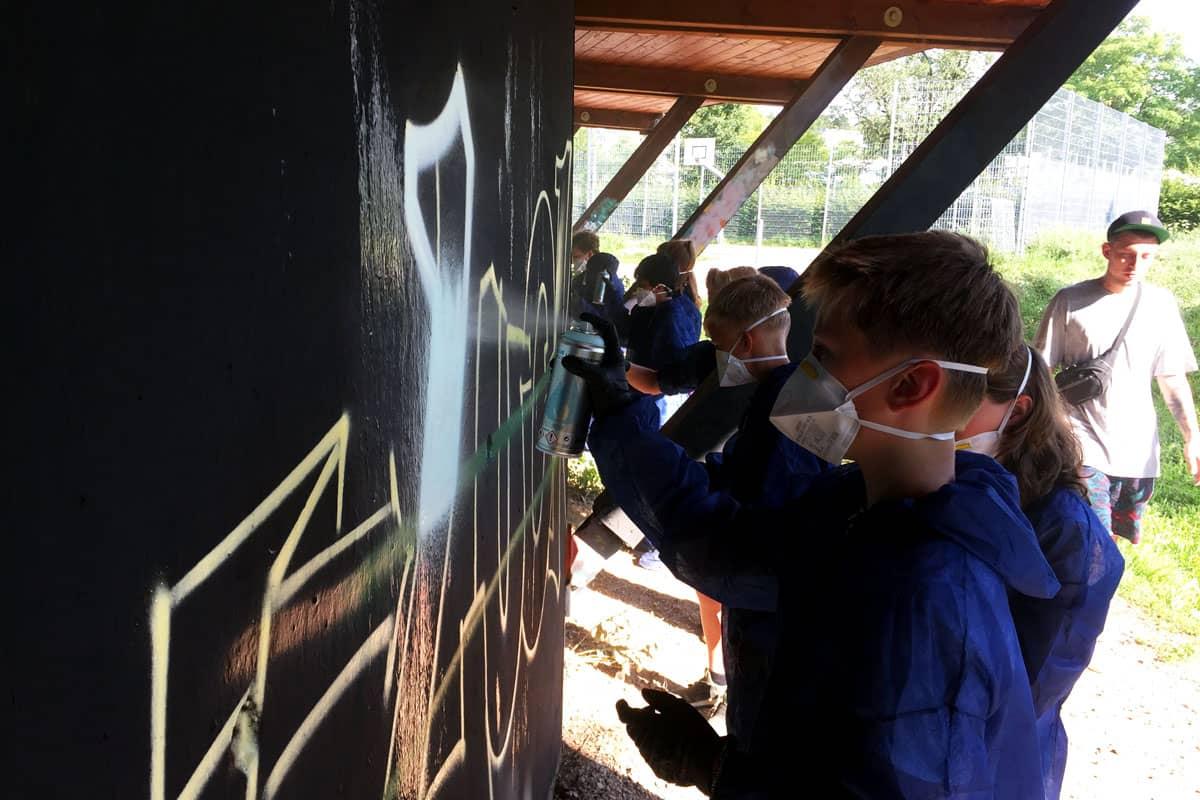 Um den 12. Geburtstag von Julius gebührend zu feiern, haben wir mit ihren Gästen ein coolen Graffiti kindergeburtstag geplant