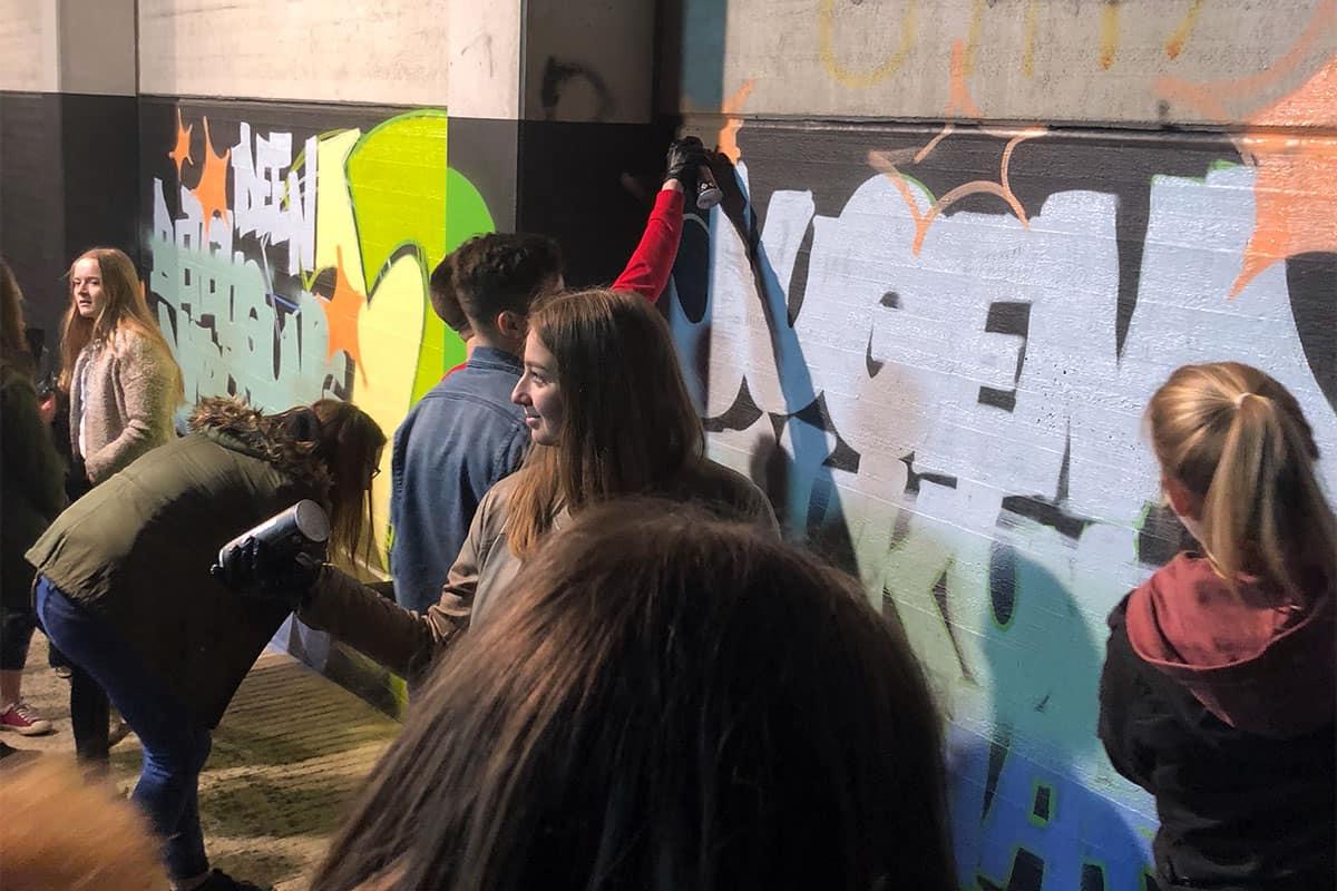 Beim 2. Jugendforum Mutlangen sprühten wir gemeinsam mit den Workshop Teilnehmern das erste Graffiti auf der neue Hall of Fame. Nachdem Micha den Schriftzug auf die Wand skizzierte, malten die ca. 30 jugendlichen das Graffiti Farbe aus.