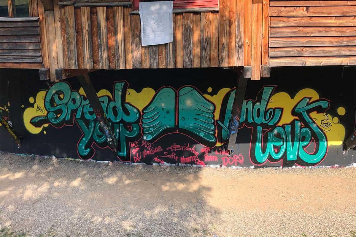 """Zum Junggesellinnenabschied von Charlotte sprühten wir mit ihr """" Spread Your Wings & Love"""" an die Wand vom Jugengendhaus Stuttgart Feuerbach"""