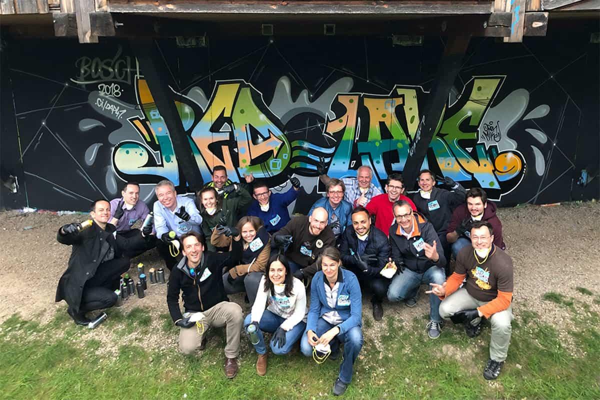 Graffiti Teambuilding Event Robert Bosch Teambuilding mal anders! Zusammen mit Mitarbeitern von Robert Bosch sprühte Micha ein cooles Graffiti.