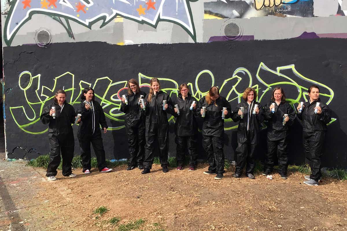 Graffiti Junggesellinnenabschied in Stuttgart ist der Kreative Event Spaß. Braut, Trauzeugin und Freunde sprühen zusammen ein farbenfrohes JGA XXL Graffiti