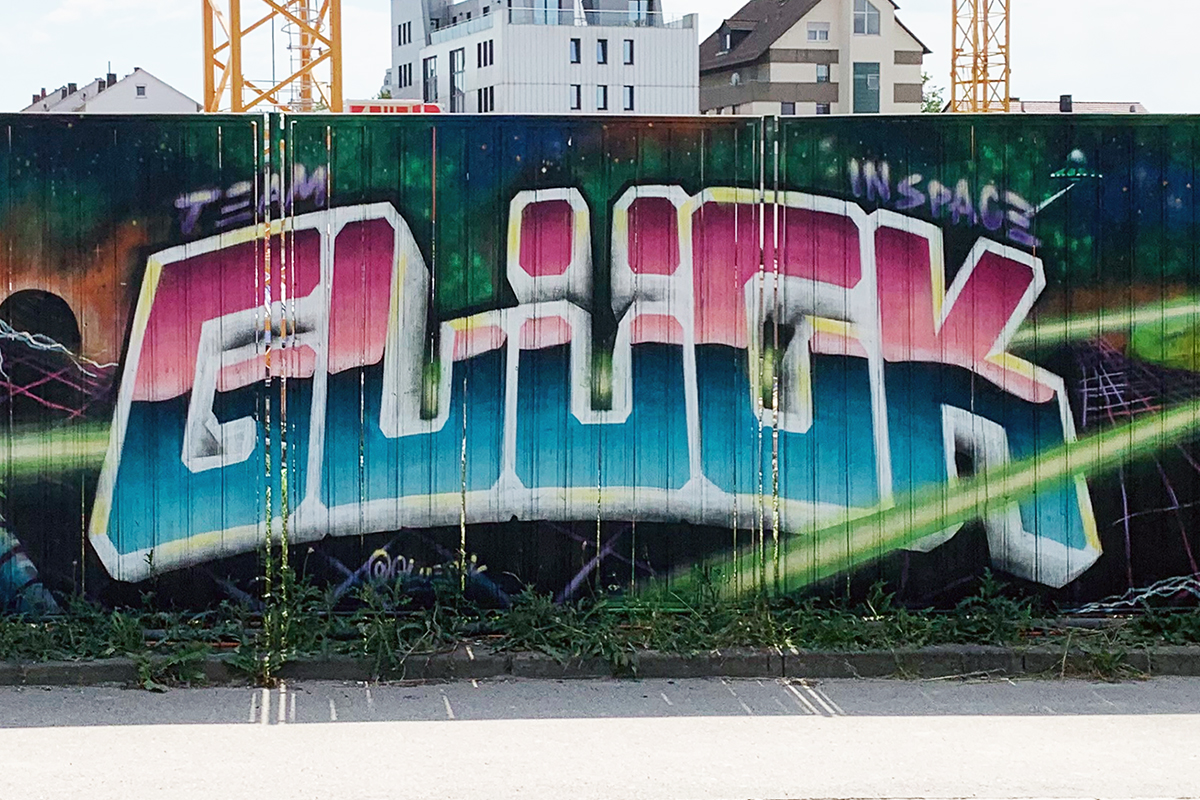 """Für unser Projekt """"Baustelle trifft Kunst"""" dass wir in Zusammenarbeit mit der Ed Züblin AG Stuttgart organisieren, haben Moritz, David und Christoph an einer Baustelle in Leinfelden-Echterdingen den Bauzaun gestaltet."""