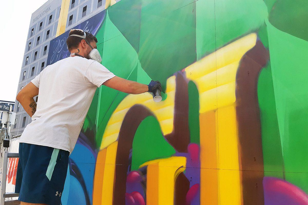 """Für unser Projekt """"Baustelle trifft Kunst"""" dass wir in Zusammenarbeit mit der Ed Züblin AG Stuttgart organisieren, haben Moritz und Christoph an einer Baustelle am Mailänder Platz in Stuttgart den Bauzaun gestaltet."""