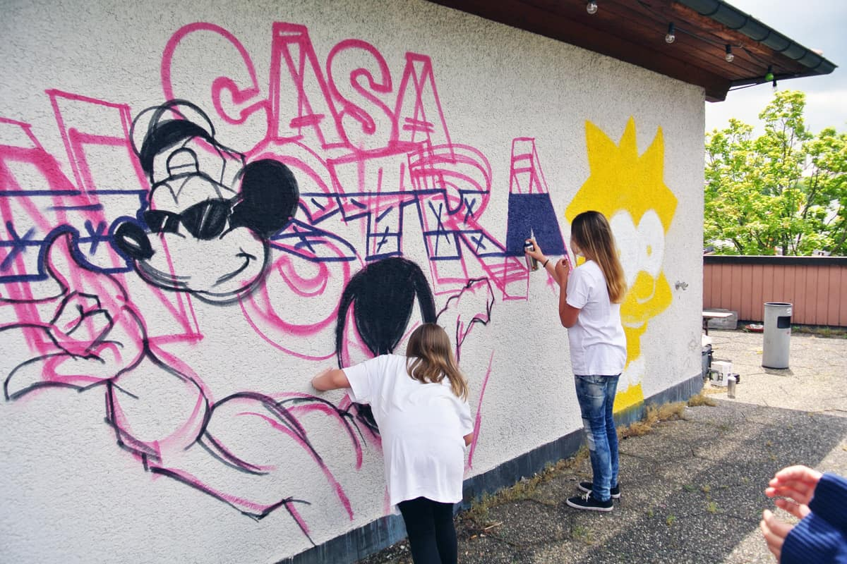 Mit den Kids vom Jugendtreff Casa Nostra in Böblingen haben wir die Außenfassade des Gebäudes für die Jugendlichen verschönert.