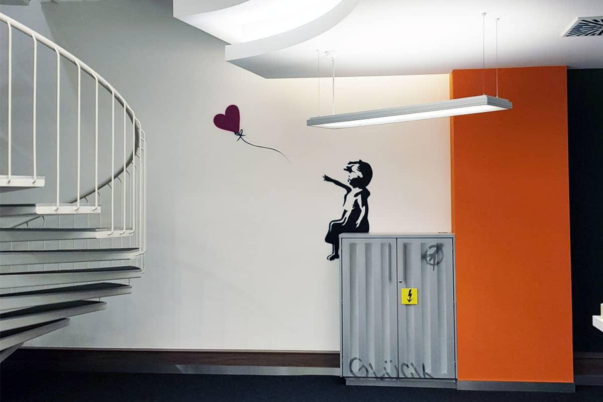 Wir wurden von URBAN OFFICES für einen neuen Pop-Up Veranstaltungsraum beauftragt, das Motiv in der Relax-Zone an die Wand zu sprühen. Da das Sideboard auch nur braun war, wurde der Schrank gleich noch mit zum Stromkasten umgestaltet. Ein Hauch von Londoner Street Life in den URBAN OFFICES mitten in Stuttgart.