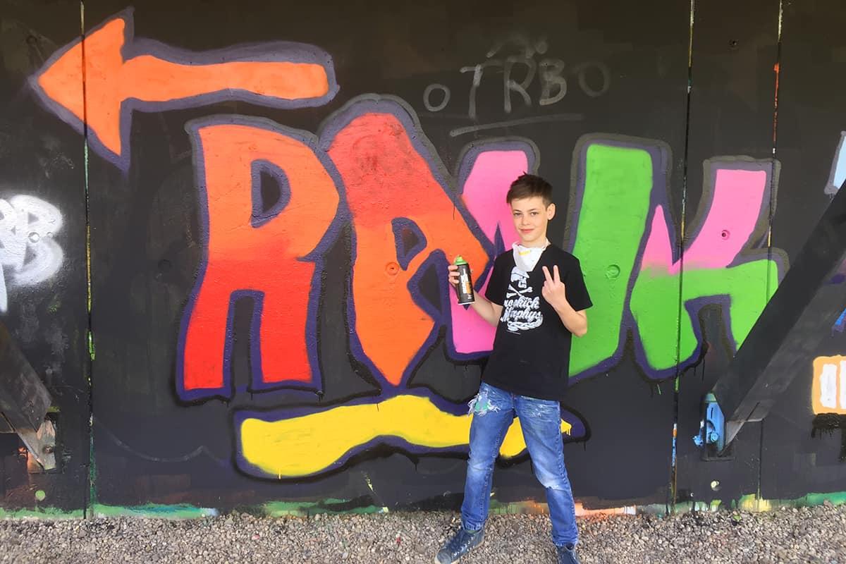 Der Graffiti Workshop Stuttgart Osterferien 2018 war mal wieder ein richtig kreativeres Wochenende! Zusammen mit den Teilnehmern haben wir geplant,gezeichnet und selbstverständlich gesprüht. Teilnahmen am zweitägigen Kurs konnte jeder ab 10 bis 100 Jahren.