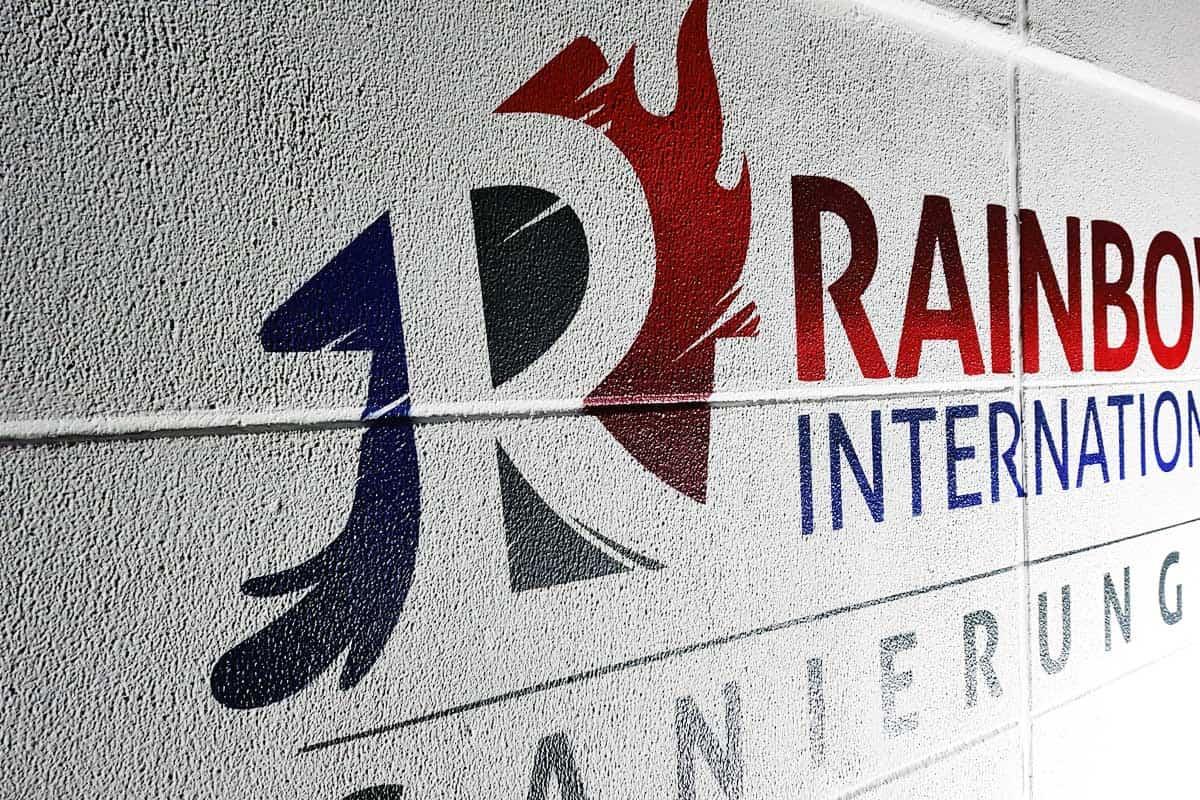 Rainbow International suchte einen Künstler für die Anbringung des Firmenlogo an der Hallenwand ihrer neuen Niederlassung in Backnang. Moritz sprühte das Motiv wie gewünscht originalgetreu auf die Fassadenwand.
