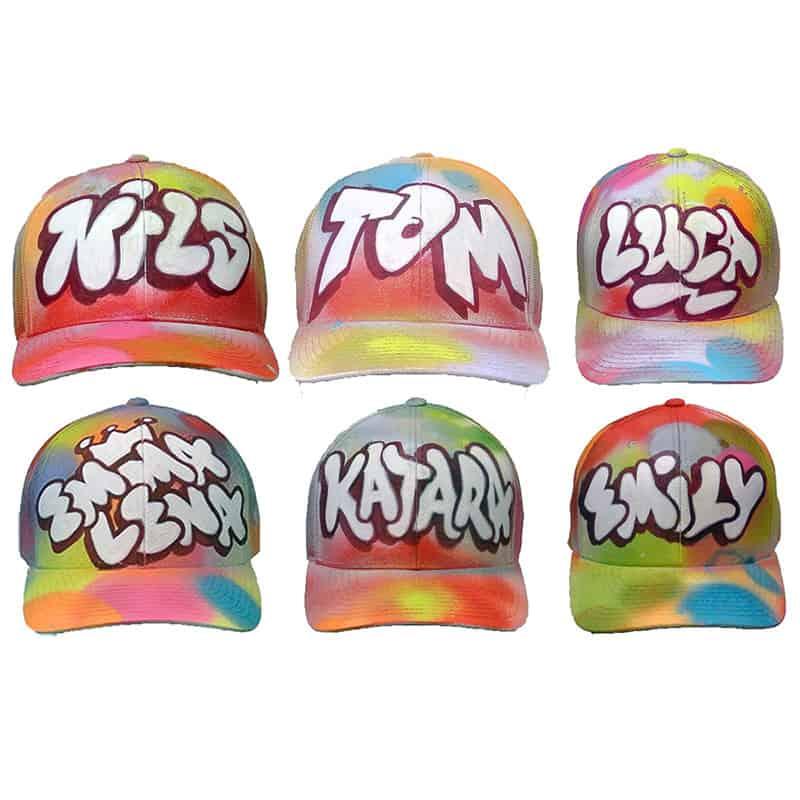 Dein Name handgemalt auf einem Flexfit Cap. Diese Mütze ist so wie du ein Original!!! Die Caps werden in Handarbeit von den Künstlern NOKone und MISTER bunt besprüht, allein diese Arbeit ist schon einmalig, aber dann kommt noch dein Name im coolen Graffiti Style mit Acryllack Marker auf das Cap gemalt. Anschließend wird das Kunstwerk noch mit Klarlack versiegelt und ist damit vor Sonne und Regen geschützt.