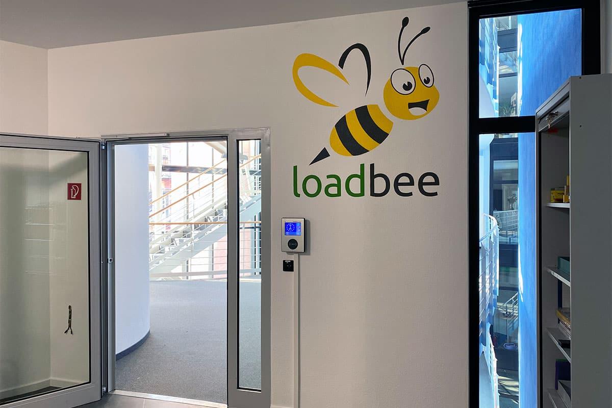 Loadbee beauftrage uns für eine Graffiti Raumgestaltung in Ihren Stuttgarter Büros. Moritz besprühte den Aufenthaltsraum der Mitarbeiter mit einer Biene.