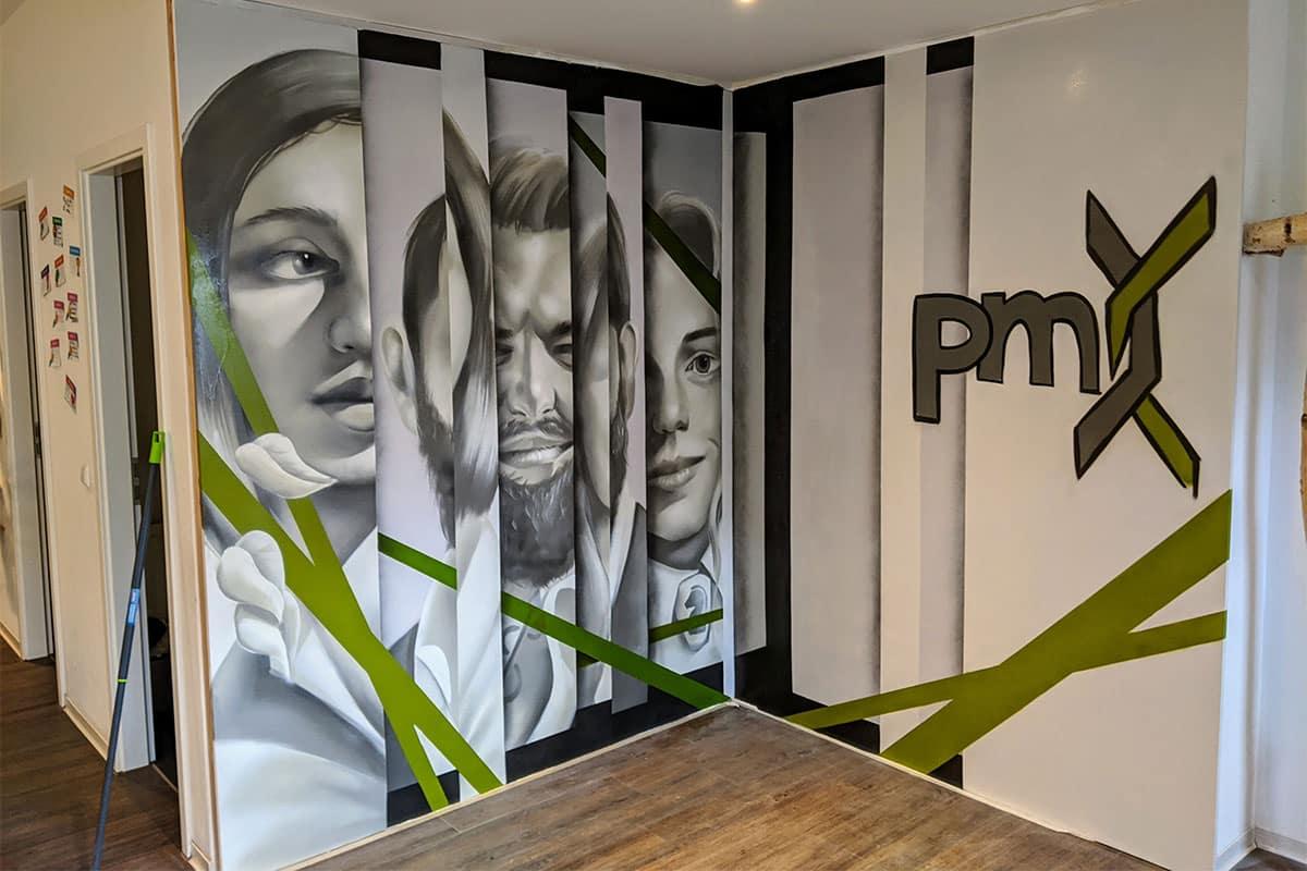 Die pmx Beratungsagentur hat uns für die Innenraumgestaltung ihres Stuttgarter Office beauftragt.Roman sprühte eine Collage des Logos und Porträts