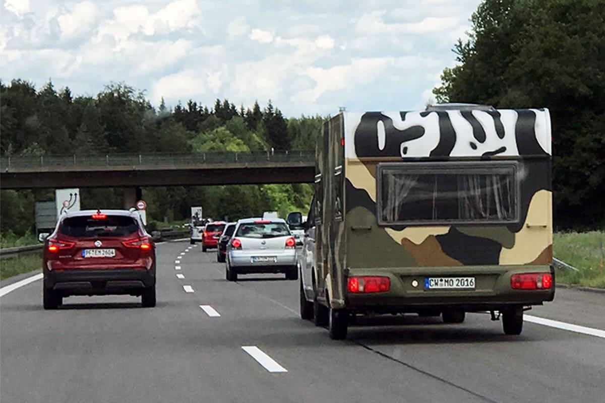 Graffiti Fahrzeuggestaltung - Bernad besprühte in Calw den Wohnwagen und Verkaufswagen im verrückten Militär Camouflage Muster.