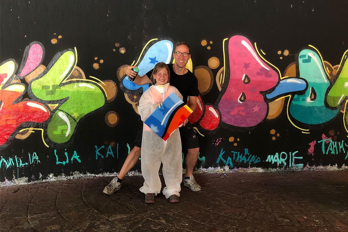 Um den 10. Geburtstag von Jamie gebührend zu feiern, haben wir von Graffiti-Stuttgart mit ihren Gästen ein coolen Graffiti Kindergeburtstag an der Hall of Fame Stuttgart Bad Cannstatt gefeiert.