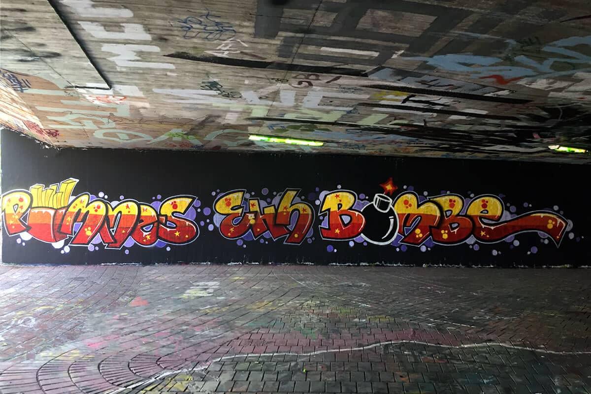 Klassenfahrt mal anders! Wir von Graffiti Stuttgart haben mit der 7. Klasse der Graffiti Klassenfahrt Gymnasium Friedrich II. aus Lorch auf Ihrer Klassenfahrt ein cooles Graffiti in der Hall of Fame Stuttgart gesprüht.