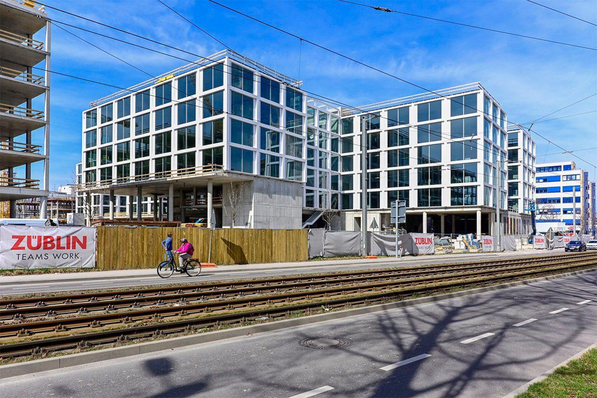 """Für unser Projekt """"Baustelle trifft Kunst"""" dass wir in Zusammenarbeit mit der Ed Züblin AG Stuttgart organisieren, haben Moritz, David und Christoph an einer Baustelle in Vaihingen den Bauzaun gestaltet."""