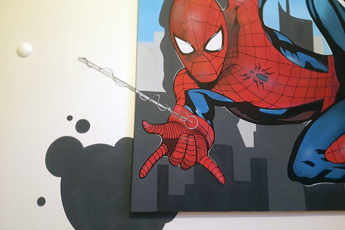 Für unseren 5-jährigen Klettermax Alexander aus Leinfelden-Echterdingen haben wir eine Wand von seinem Kinderzimmer mit einem farbenfrohen Spider-Man Graffiti gestaltet.