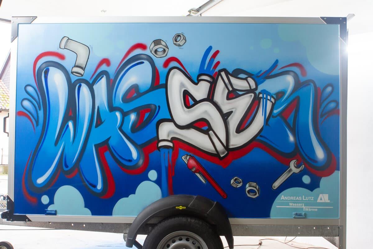 Für unseren Kunden Heizungsbetrieb Lutz haben wir einen Kofferanhänger mit einer einzigartigen Graffiti-Gestaltung rundherum versehen.
