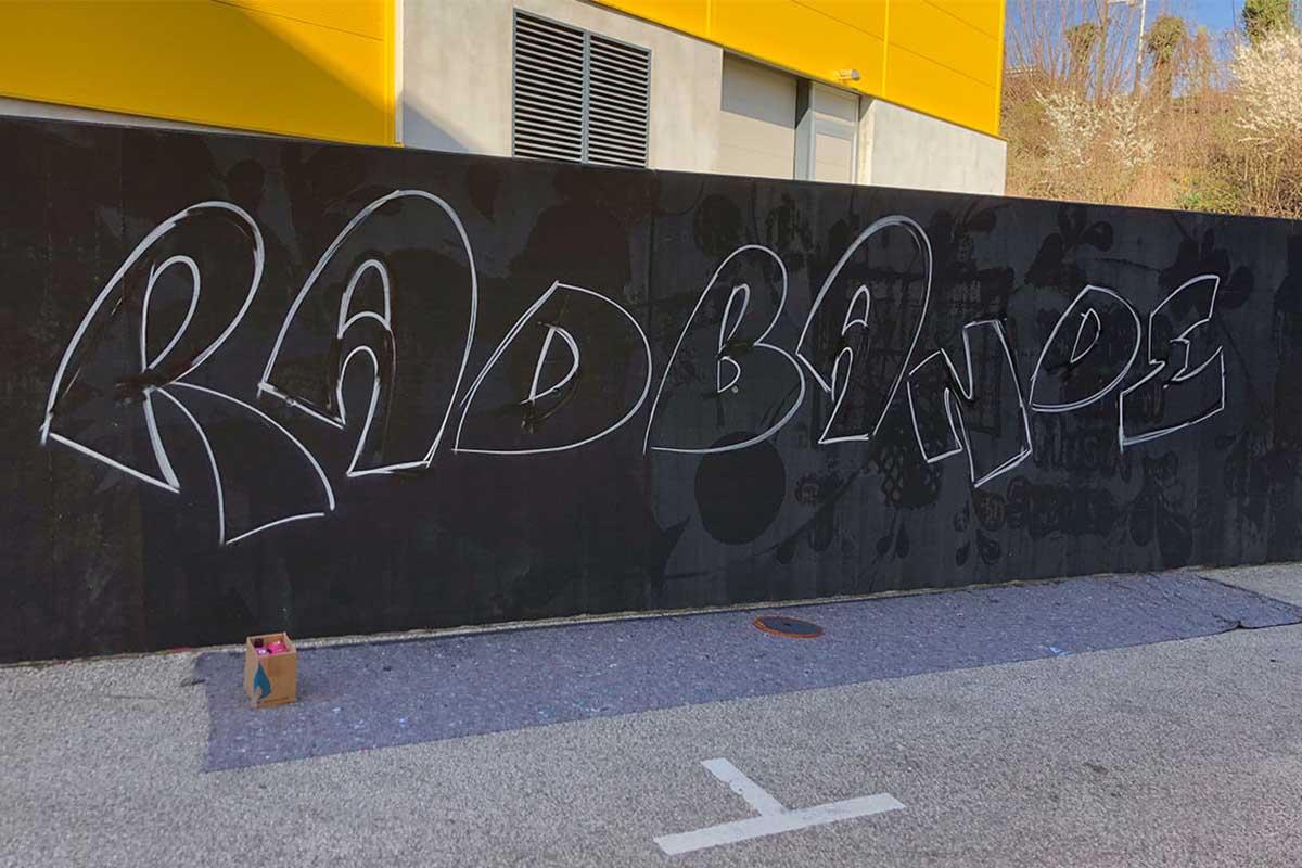 """Die beiden Rennradfahrer Maren und Adrian haben zusammen mit Patrick ein """"Radbande"""" Graffiti am Jugendhaus """"das Cann"""" gesprüht."""