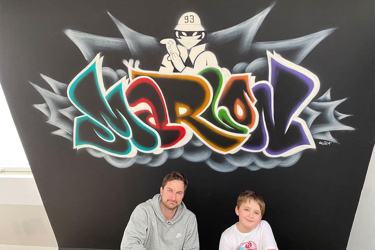 Für Marlon aus Bad Wimpfen (Heilbronn) haben wir eine Wand in der Zockerecke seines Kinderzimmers mit einem farbenfrohen Graffiti gestaltet.