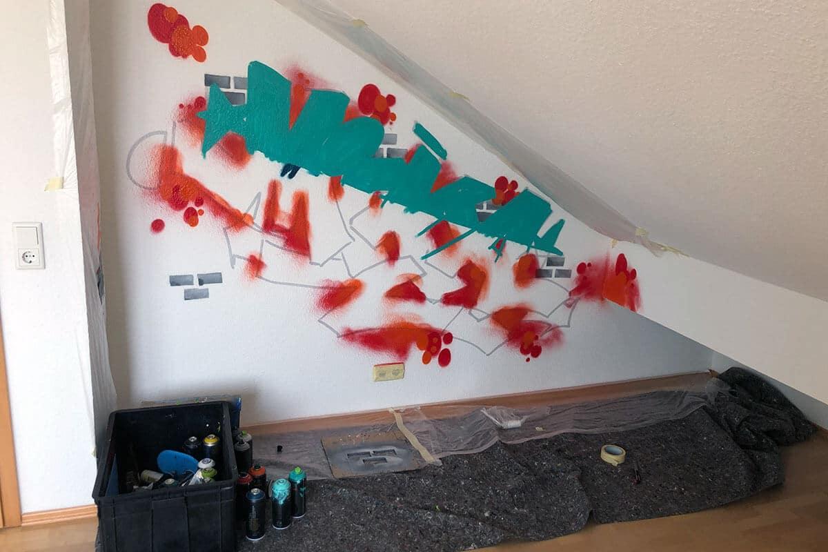 Für unseren 5-jährigen Kunden aus Münchingen haben wir eine Wand von seinem Kinderzimmer mit einem farbenfrohen Namensgraffitis gestaltet.