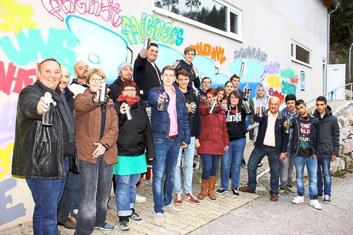 Rund 20 Sprayer ganz unterschiedlichen Alters hinterließen am Iselshauser Schützenhaus ein bunte Botschaft gegen Diskriminierung. (Foto: Geisel)
