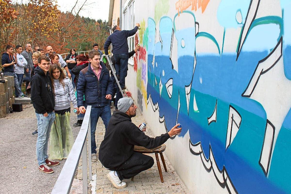 Rund 20 Sprayer ganz unterschiedlichen Alters hinterließen am Iselshauser Schützenhaus ein bunte Botschaft gegen Diskriminierung. Foto: Geisel