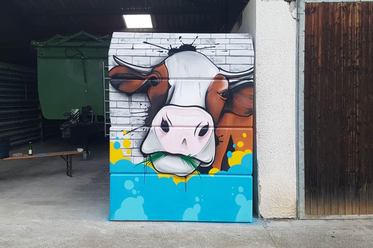 """Für den Selbstvermarkter """"Hofgut Pfauenhof"""" aus Oberboihingen bei Esslingen, haben wir die Getreidesilos zu einem als Blickfang für ihre Kunden gestaltet."""