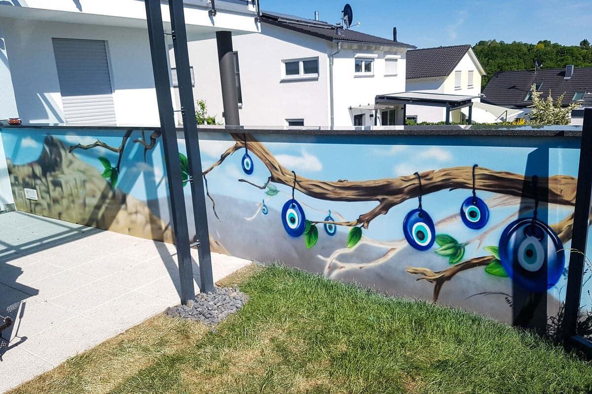Für unseren Kunden aus Steinheim an der Murr als dem Landkreis Ludwigsburg, haben wir den Urlaub nachhause gebracht. Chris besprühten auf der Pool-Terrasse die gegenüberliegenden Wände mit zwei farbenfrohen Motiven.