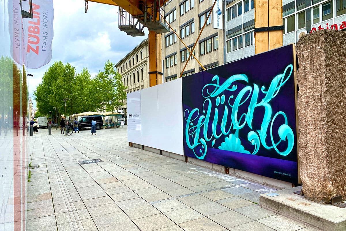 """Für unser Projekt """"Baustelle trifft Kunst"""" dass wir in Zusammenarbeit mit der Ed Züblin AG Stuttgart organisieren, hat Moritz an einer Baustelle in Stuttgart den Bauzaun gestaltet."""