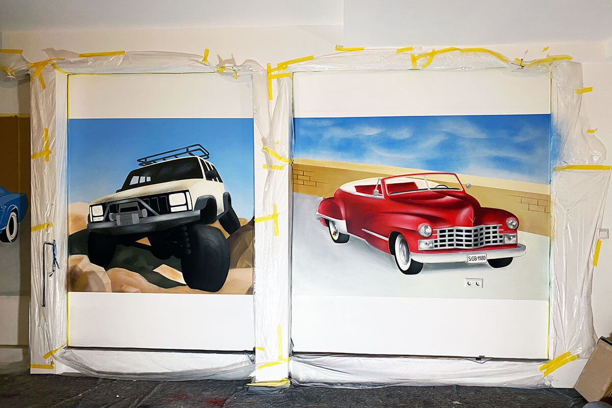 Für unseren Kunden aus Stuttgart Mühlhausen, hat Moritz drei Fahrzeuge an die Werkstattwand gemalt. Moritz sprühte ein Mustang, ein Cherokee und ein Cadillac.