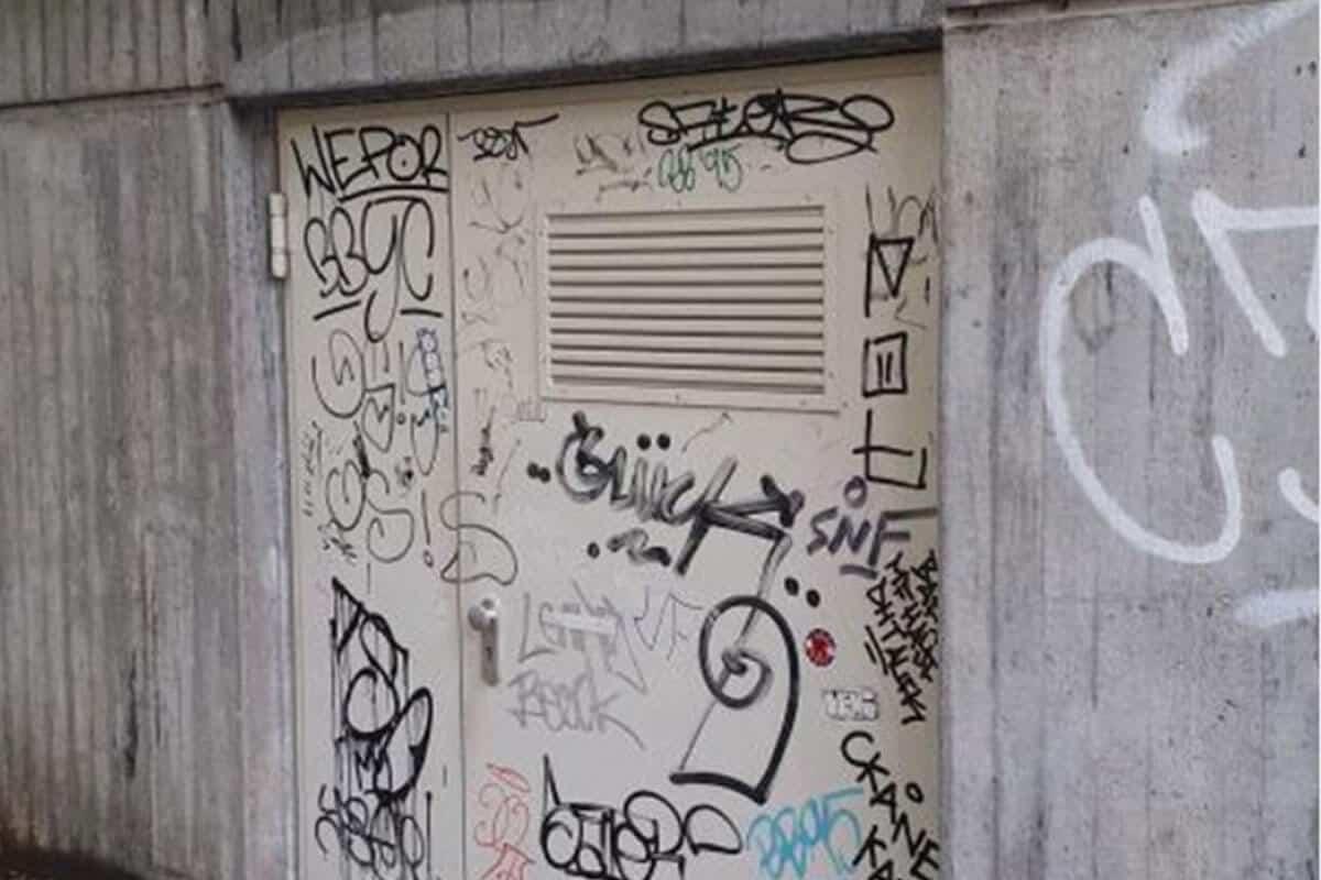Von der IVT Immobilien, Vermögen und Treuhand GmbH wurden wir beauftragt die beschmierte Tür eines Müllraumes in der Stuttgart Innenstadt zu verschönern.
