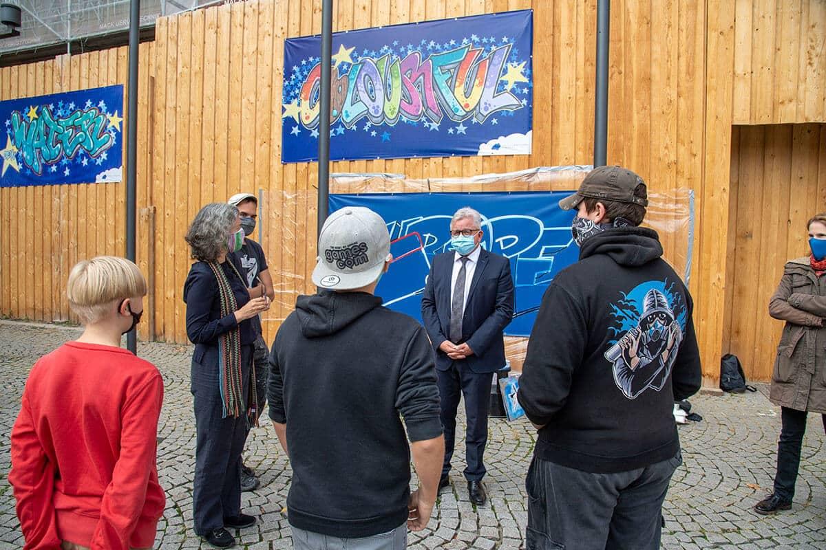 Zusammen mit Graffit-Stuttgart, dem Jugendhaus West in Stuttgart und dem Europa Zentrum Baden-Württemberg hat das Ministerium der Justiz und für Europa einen Graffiti-Workshop zum Thema Europa ins Leben gerufen.